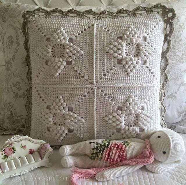 almohada cuadrada en el sof ganchillo