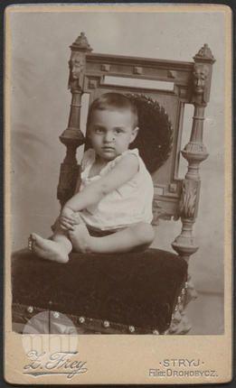 Dziecko na krześle. Zakład fotograficzny Zygmunta Freya; Ukraina - Stryj; 1897; utwór w domenie publicznej.