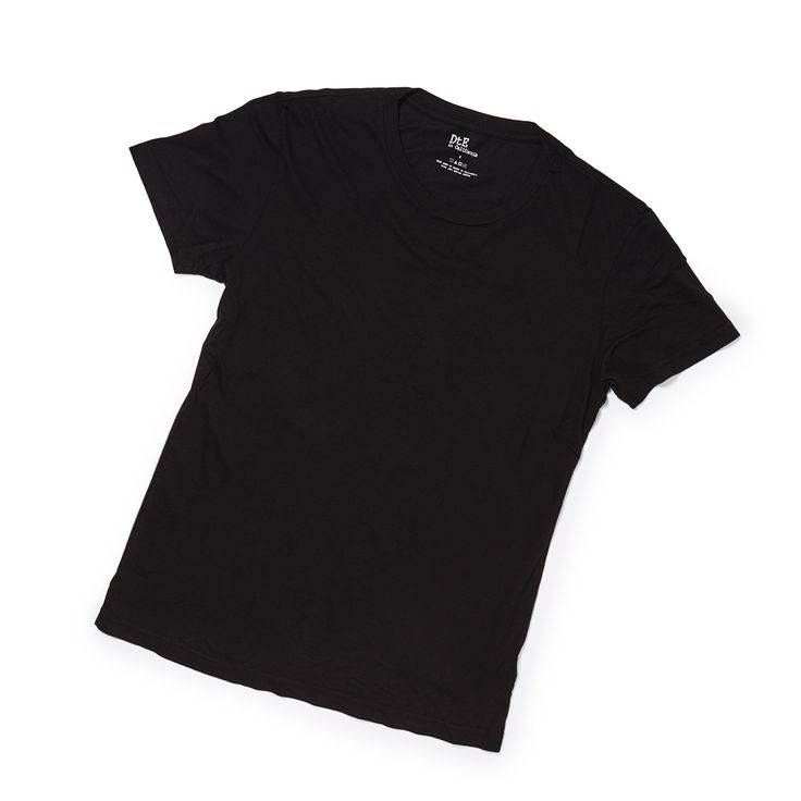 """上質なTシャツは、ブランド物だけがすべてではない。『DtE』は、上質なTシャツは""""素材""""がすべて、と思わせてくれるLA発のブランド。アメリカ西海岸のセレブたちを魅力してやまないのは、決して飾らない見た目と確かな品質にあるからであろう。その素材は""""コットンの王様""""と呼ばれている「スーピマ・コットン」。""""綿のカシミア""""とも呼ばれるほど、しっとりと柔らかい肌触り。思わず頬ずりしたくなる柔らかさ。目をつぶっていても、通常のコットンとの違いが分かるほど。カシミアのように柔らかく、滑らかで絹のような光沢感。そして、通常のコットンよりも40%も強く、毛羽立ちにくい、毛玉になりにくい性質。これらスーピマ・コットンの特徴を最大限に引き出したTシャツは、着ているのを忘れてしまうくらいの着心地の良さ。これ1枚で、週末は日常の堅苦しさから""""解放""""される。平日は、光沢感のあるTシャツなので、ジャケットのインナーとしてもおすすめ。もちろん、ジャケットを上から羽織ってもかさ張らない薄さと着心地で、暑い時期でも気になりません。※モデル着用は、クルーネックTシャツ…"""