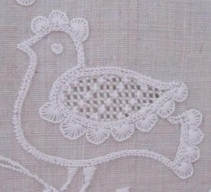 bird decorated with uniform half-eyelet scallops via www,Luzine-Happel.de