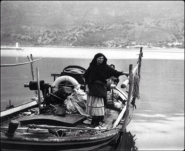 Λευκαδίτισσα με την βάρκα της το 1968.Κώστας Μπαλάφας
