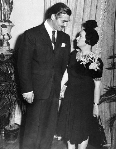 Alla prima del film ad Atlanta, il 15 dicembre 1939, Margaret Mitchell e Clark Gable sono protagonisti di un involontario siparietto: i due si rifugeranno nella toilette per signore del Women's Press Club per sfuggire ai curiosi, e ne usciranno un'abbondante mezz'ora dopo. Gable punzecchiato dai giornalisti dirà: «È la donna più affascinante che abbia mai incontrato».