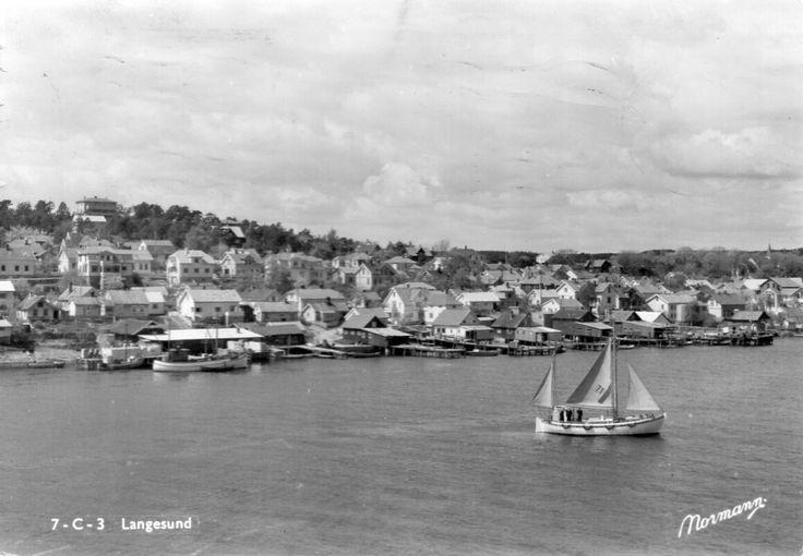 Telemark fylke Bamble kommune LANGESUND. SEILBÅT OG MANGE HUS. STMP 1959. Utg Normann