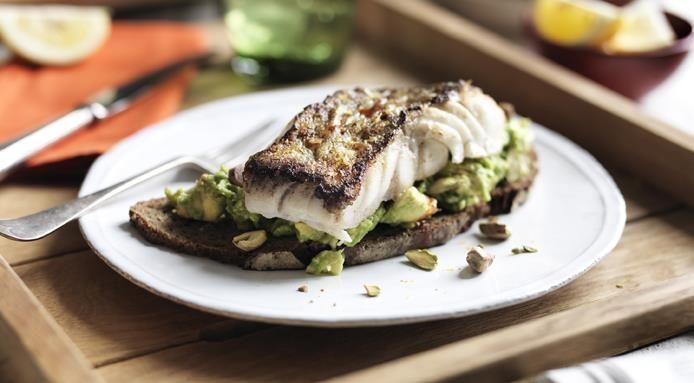 Skrei con avocado e pistacchi su pane tostato