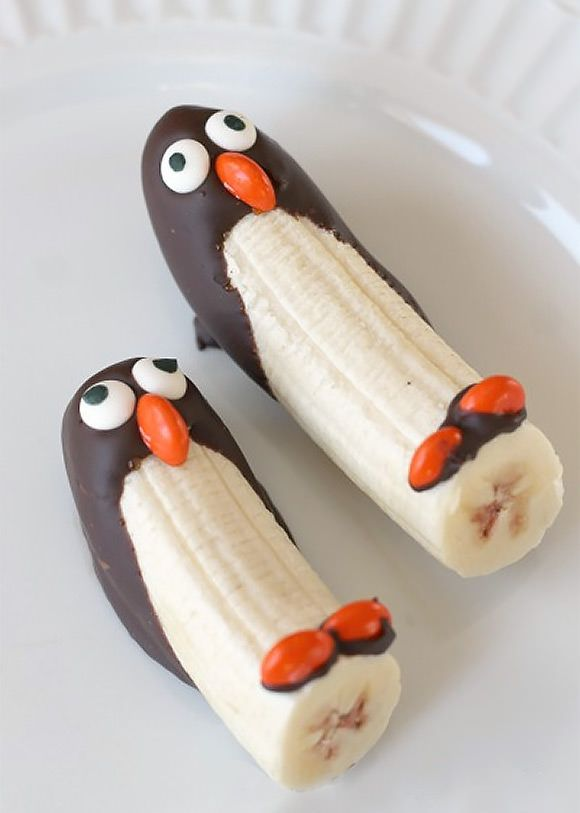 Frozen Banana Penguin by readingconfetti via handmadecharlotte #Snack #Animal #Penguin #Healthy #Banana