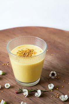 2 verres de lait d'amande / 3 c à c de miel /1 banane / 1 cm de gingembre / 3 c à c de curcuma / 1 c à c de canelle / poivre / 1 demi citron vert / 5 c à c de Pollen frais