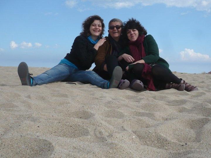 """Con las """"nenas"""" en un día frío y lluvioso en la playa de Barcelona"""