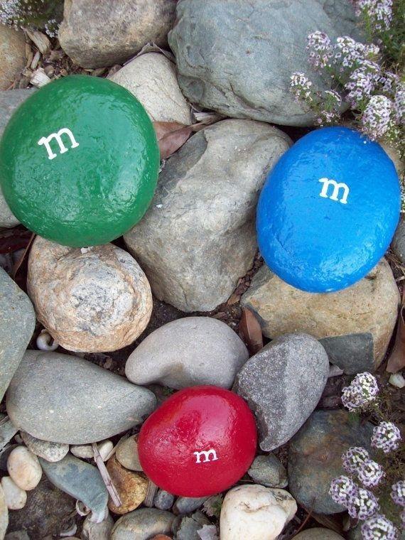 strandsten malet som farverige m&m´s med Plus Color maling og Posca markers - fra Tina Dalbøges Kreahobshop.dk