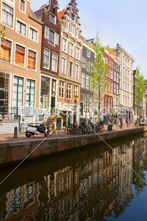 staré domy na canal, amsterdam — Stock obrázek #32127727