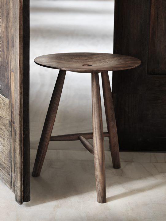 Vissa möbler är möbler, gott nog, men andra tar steget och blir smycken – Pall 3-ben hör till de senare. En vacker möbel i massiv ädel valnöt.