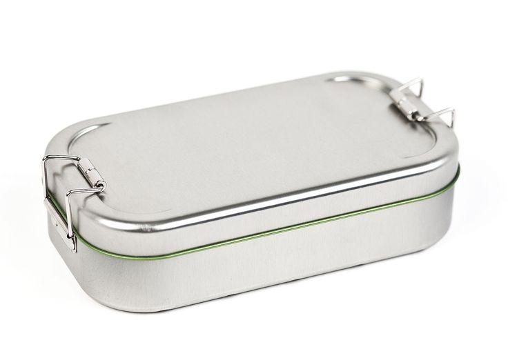 Mit dieser praktischen nostalgischen Lunch Box aus stabilem Metall und Stülpdeckel können Brote für unterwegs, Gemüse, Obst und noch vieles mehr aufbewahrt werden.  Egal, ob Sie einen wichtigen Kundentermin haben und sich vorher stärken wollen, oder Sie einfach nur unterwegs sind und nicht auf ein gesundes Essen verzichten wollen: Mit dieser Brotbox von Dose+ sind Sie garantiert auf der richtigen Seite. Durch die lebensmittelechte Schutzlackierung sind Ihre Lebensmittel in der Metalldose…