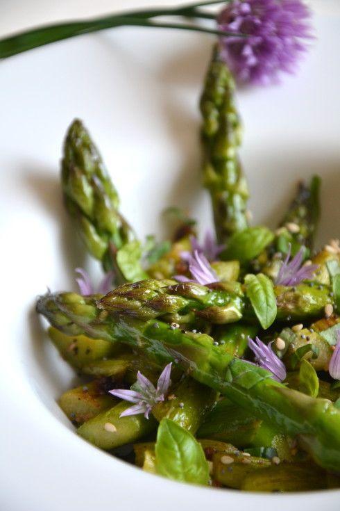 Salade d'asperges vertes poêlées à l'ail et au basilic http://www.lesrecettesdejuliette.fr