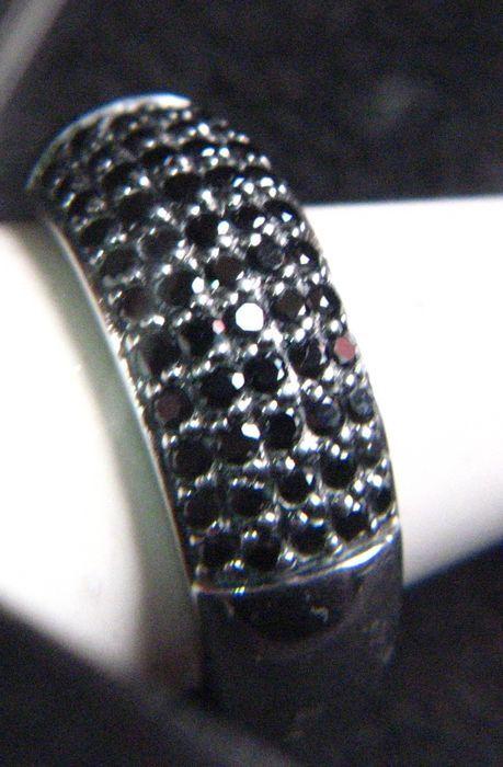 Online veilinghuis Catawiki: Sterling Merii design ring massief met 55 zwarte kristallen
