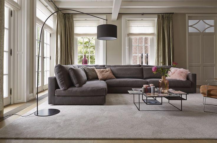 In het modern klassieke #interieur kiezen we voor #textiel. Luxe overgordijnen, gestoffeerde #hoekbank en comfortabel tapijt #Palazzo uit de #Parade collectie.