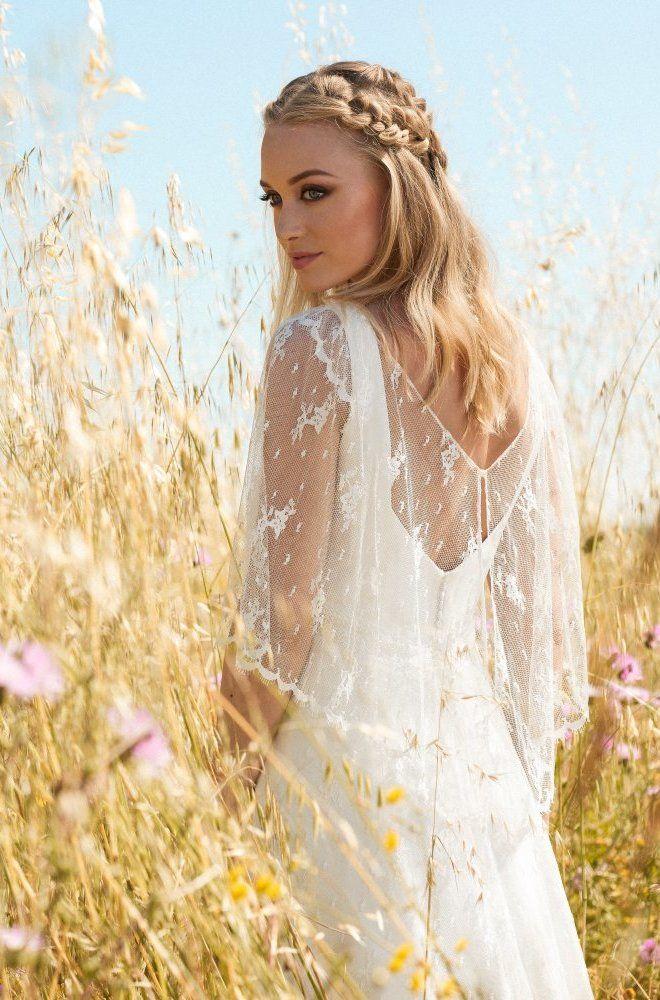 Rembo styling — Collection 2017 — Floreal: Très belle robe complètement en dentelle. Avec cape en dentelle attachée.