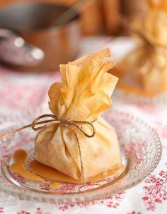 Paquetitos de pasta filo rellenos de manzana salteada con salsa toffee.