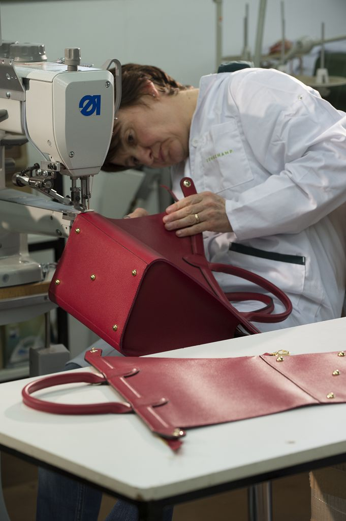 Step 17. Meticulous stitching to assemble the bag in 3D and assembly of the two gussets onto the body of the bag.
