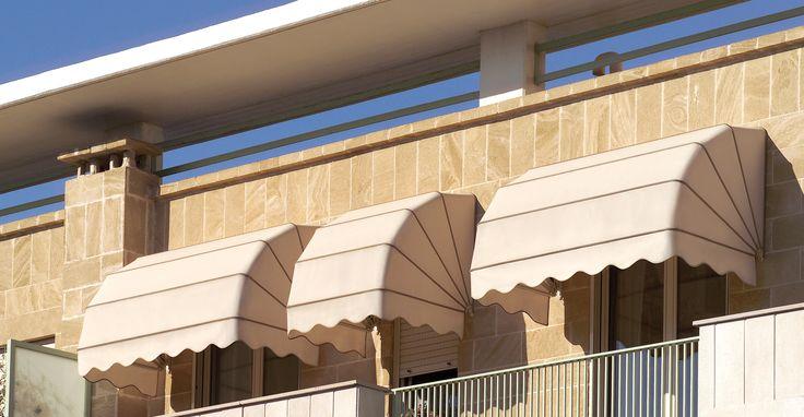 50 Standard. Tenda classica sempre elegante e soprattutto dotata di una versatilità assoluta. Abbelisce finestre, portoni, negozi e ville, caratterizzando fortemente l'edificio su cui viene montata. Nello specifico, in questo modello la sporgenza è uguale all'ingombro con misure disponibili da cm 80 ad un massimo di cm 200. La struttura è in alluminio con profili da 50 mm. #outdoor #living #home #madeinitaly #design #outside #space