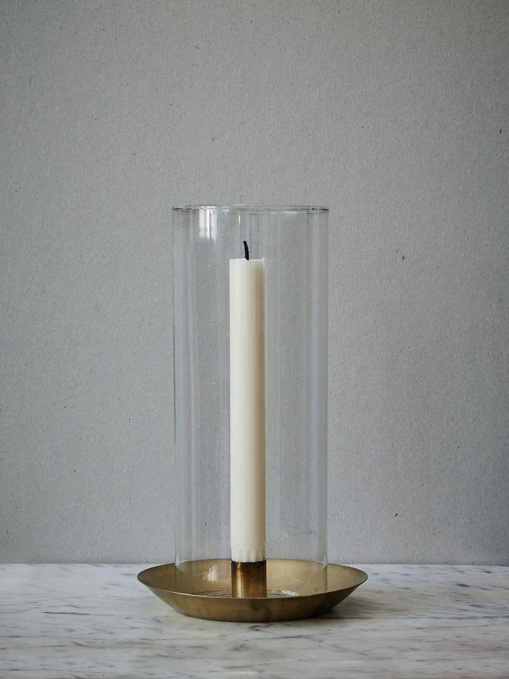 Ljusstake med glasvisir och mässingsbas.