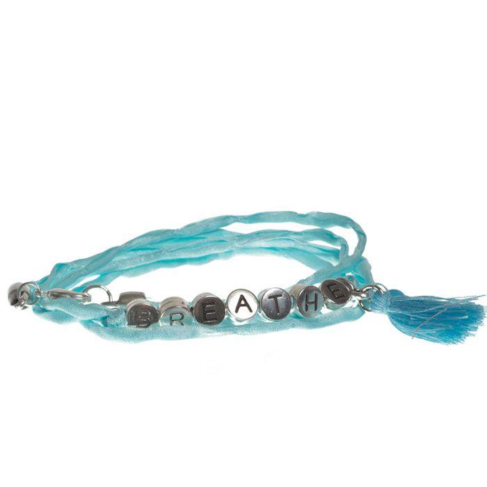 """Breath"" Wickelarmband mit Seidenband, Buchstabenperlen und Quaste. #buchstaben #buchstabenperlen #namensarmband #wunscharmband #armbänder #bracelets #diyschmuck #schmuckanleitung #schmuckshop #selbstgemacht #jewelrymaking #schmuckdesign #schmuckideen"