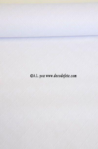 Rouleau de 10m de nappe en papier damassé jetable blanc, disponible aussi en 25m de long, largeur 1m20 . Colorée sur les faces recto et verso, 60g/m2. Vous pourrez utiliser toutes les teintes de chemins de  table sur cette nappe unie. N'oubliez pas les serviettes de même couleur que le chemin de table pour une décoration harmonieuse. #nappe #mariage #apero #anniversaire #fete #gouter