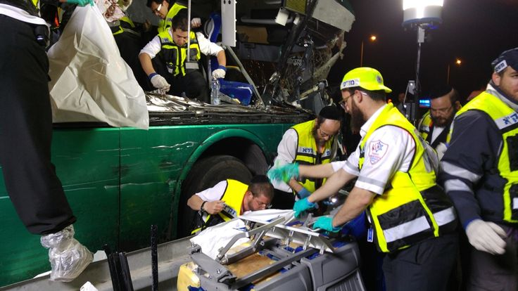 Neste final de semana um grave acidente envolvendo um ônibus repleto de passageiros e um caminhão causou comoção em Israel. Foram diversas as vítimas fatais e os feridos, e os voluntários da Zaka estiveram presentes para fazer o socorro das vítimas. Fotos: Azriel Schnitzer, cortesia ZAKA.