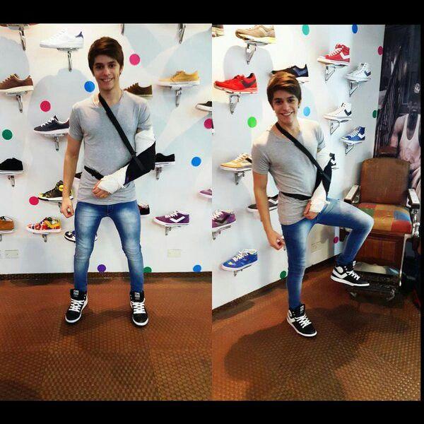 Con el brazoo maloo pero con esas zapatillas bonitas mi amor te mandooo muchos besito :) ♥♡♡♡