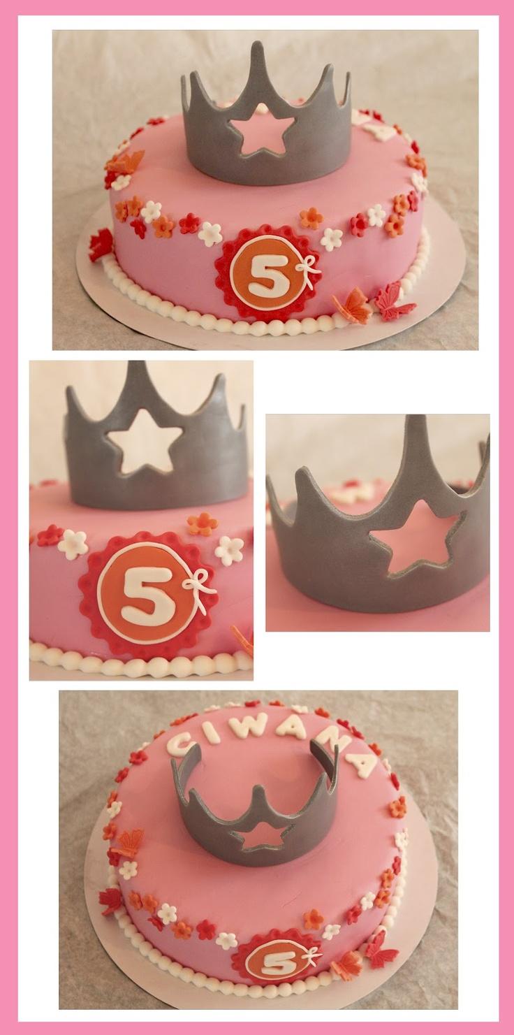 bloemetjes en kroon op taart