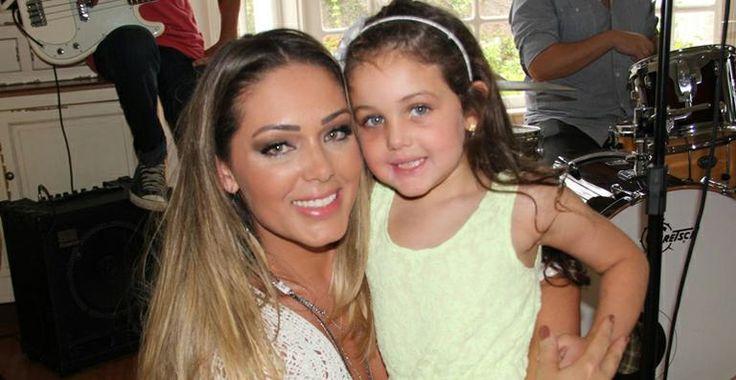 Filha de Tânia Mara se diverte nos bastidores do clipe da mãe