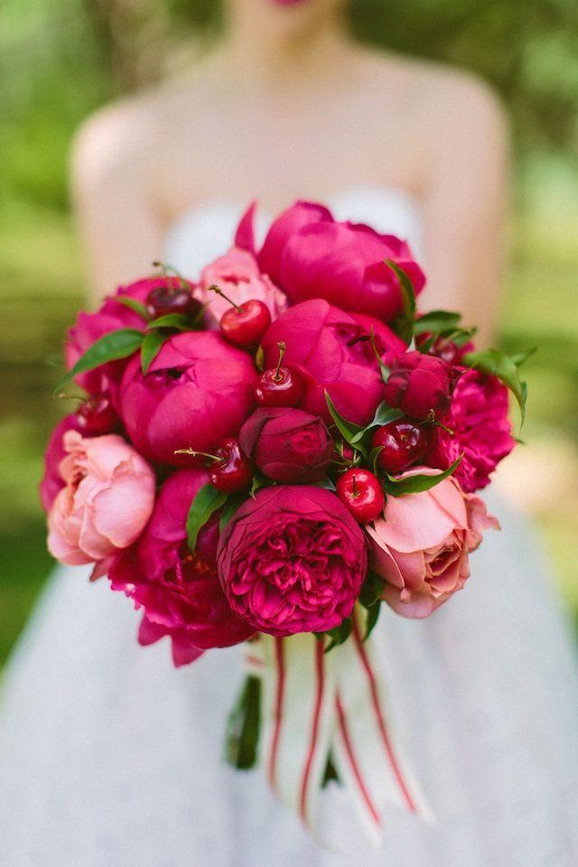 Knallrotes Bouquet mit Pfingstrosen und Kirschen