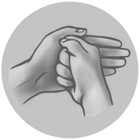 Мудра «Щит Шамбалы» от негативной энергии Легендарную мудру советуют выполнять при чувстве тревоги, неуверенности и повышенной нервозности. Она помогает оставаться спокойным и умиротворенным.Женщинам нужно сжать правую руку в кулак и прижать ее к ладони левой руки изнутри, при этом прижимая также большой палец к ладони. Мужчинам — выполнять то же движение, только «щитом» будет, наоборот, правая рука.