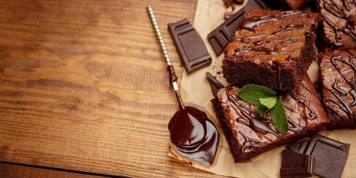 Zin in cake, maar geen zin om boodschappen te doen? Voor deze chocoladecake heb je maar vier ingrediënten nodig, die je waarschijnlijk al in huis hebt!