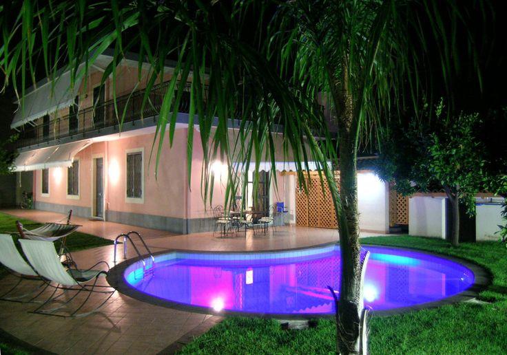 Podświetlony basen https://www.homify.pl/katalogi-inspiracji/10006/zewnetrzne-oswietlenie-domu