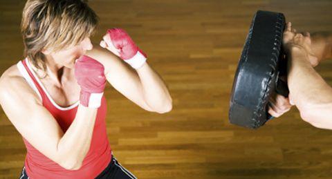 A toutes celles qui pensaient que la boxe était réservée aux hommes, détrompez-vous ! Aujourd'hui, même les femmes n'hésitent plus à monter sur le ring, gants aux poings ! Ce sport très physique a le double avantage de faire travailler à la fois le cardio et la résistance musculaire.