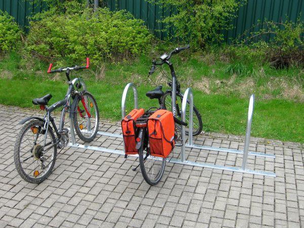 Jetzt neu im Programm: Unser Reihenfahrradparker Bigge, jedes Modul mit zwei Anlehnbügel für bis zu vier Fahrräder. Mit dem optional erhältlichen Verbindungselement können mehrere Module miteinander verschraubt werden: In diesem Beispiel zwei Module.