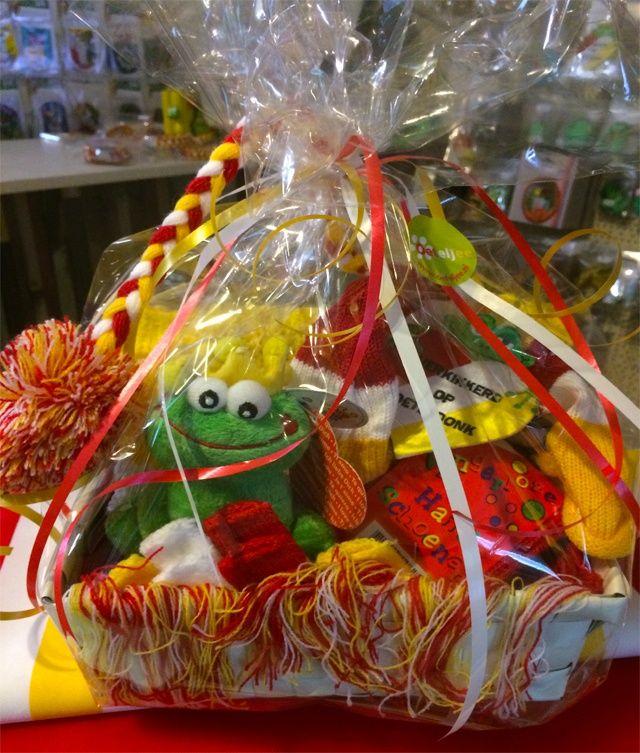 """Bent u op zoek naar een ludiek verjaardagscadeau, sinterklaas of kerstgeschenk? Oeteljee heeft voor u een speciaal Oeteldonks volwassenpakket samengesteld welke u als cadeau iemand kan schenken!  Het cadeaupakket bestaat uit:      Grof gebreide dikke sjaal volwassenen (23x190 cm),     Harry slinger muts met kwast,     Vingerloze handschoenen,     Kikker knuffel met kroon,     Geborduurd embleem """"Verkikkerd op Oeteldonk"""",     Geborduurd embleem logo Oeteljee"""