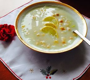 La revithia soupa est la soupe de pois chiches grecque. Ce plat est très commun notamment dans les régions rurales et de montagne en Grèce, mais pas uniquement. Cette soupe de pois chiches grecque se consomme avec du pain, souvent comme un plat repas, et elle est assaisonnée avec du citron dans sa version traditionnelle.Lire la suite