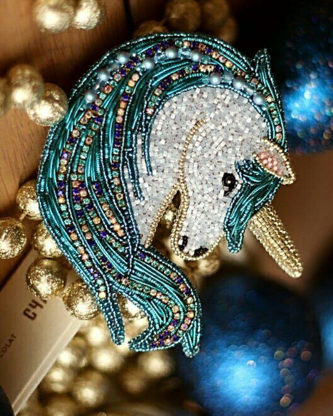 Новогодняя брошка-единорожка. Материалы: японский бисер, жемчуг и биконусы Сваровски, канитель, стразовая лента. Можно носить в двух вариантах- горизонтально и вертикально Продана. Фото : @j_prokopenko #iturup_jewelry #handemade_ru_jewellery #handmade #брошьизбисера #брошкаединорожка #броширучнойработы #единорог #единорог #лошадьизбисера #украшениясаратов #украшенияизбисера #украшенияручнойработы #подарокручнойработы #подарокнановыйгод