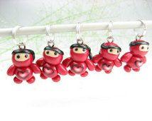 Rode hart Baby Ninja breien Stitch Markers - Set van 5 - Ninja charmes, polymeerklei, schattige ninja, accessoires, breien cadeau voor breiers