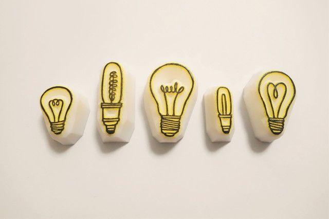 【作品の特徴】カタチの違う電球はんこ5種セットです。【利用シーン、利用方法】使い方はあなた次第!手紙の隅に押したり、手帳のデコレーションに使用したりするのもオススメです。【サイズ等の仕様】最大2~3cm程度までの印影となっております。(参考:2枚目画像の...