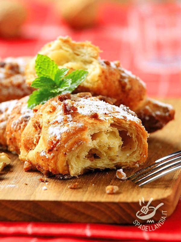 Con i Cornetti ai cereali con miele e nocciole fate un vero e proprio pieno di energia e bontà! Cimentatevi in questa ricetta gustosissima!