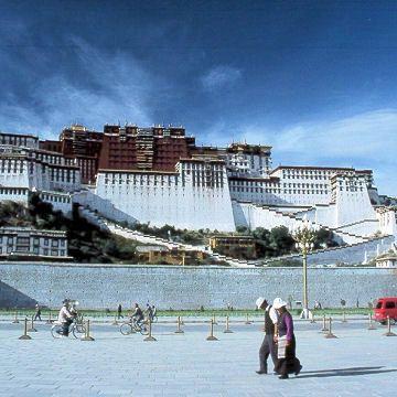 Au Tibet, le palais du Potala La culture tibétaine, fragile et fière  Le Palais du Potala fut construit par le cinquième Dalaï Lama, au XVII siècle. Situé à Lhassa, la capitale du Tibet, il est le symbole de la richesse culturelle et spirituelle du peuple tibétain, aujourd'hui menacée par l'hégémonie chinoise.  Autrefois résidence des Dalaï Lamas, le palais est aujourd'hui un musée de la République Populaire de Chine.