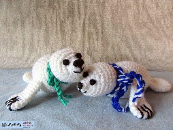 Rita und Robin Robbe sind zwei kuschlige Tiere, die gern miteinander schmusen. Beide Robben  unterscheiden sich lediglich in der Farbe der Kordel. Die Anleitung umfasst 4 Seiten. Detailbilder erleichtern dir das Häkeln der Robben. Die Größe der Robben