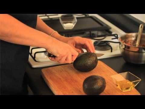 Aguacates rellenos de atún - Tuna Stuffed Avocados
