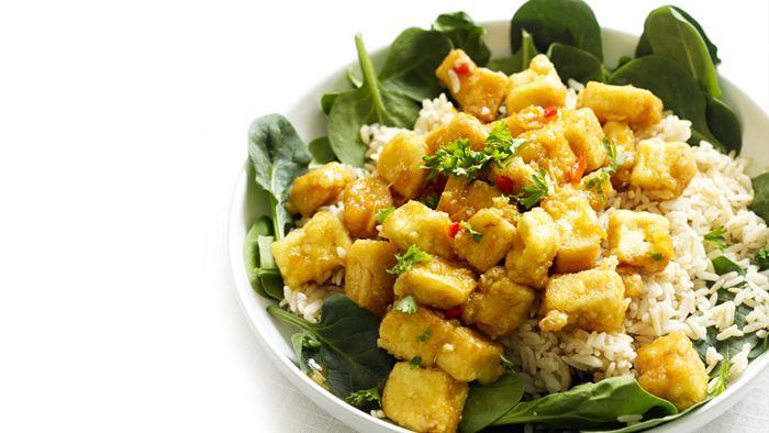 Det här är rätten som gör alla tofutvekare till tofuälskare! Frasig tofu som vänds ner i smakrik sås med apelsinsaft och mangochutney.