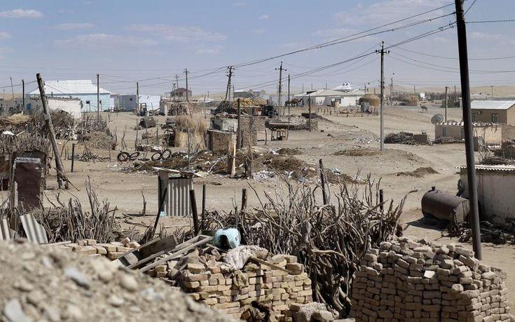 A apenas 193 km da opulência de Ashgabat, capital do Turcomenistão, está a aldeia de Erbent. Em 2004 o presidente Saparmurat  Niyazov comentou sobre a aparência feia da aldeia vizinha de Darvaz. Três semanas mais tarde, os moradores foram despejados e a aldeia arrasada. Muitos dos deslocados vivem agora em yurts aqui em Erbent. O lugar onde esteve Darvaz hoje é uma mancha descolorida no chão do deserto.  Fotografia: Amos Chapple.