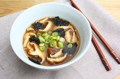 Recept voor makkelijke miso soep met kant-en-klare miso pasta. Heerlijk in combinatie met shiitake, bosui en gerookte tofu.