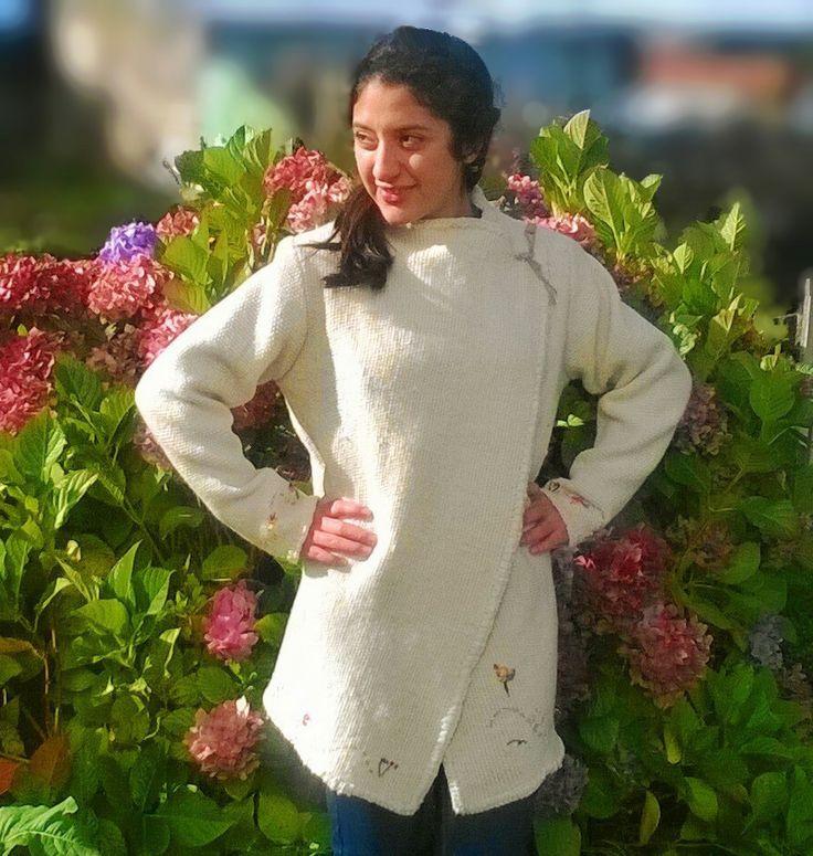 Chaqueta confeccionada a mano, en telar mapuche y lana natural. Bordados en seda y un hermoso botón de gamuza. Esta prenda tiene varias opciones las que puedes cambiar.