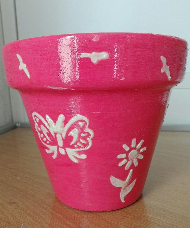 Vaso di coccio decorato (tempera acrilica e decorazioni in malta bianca)