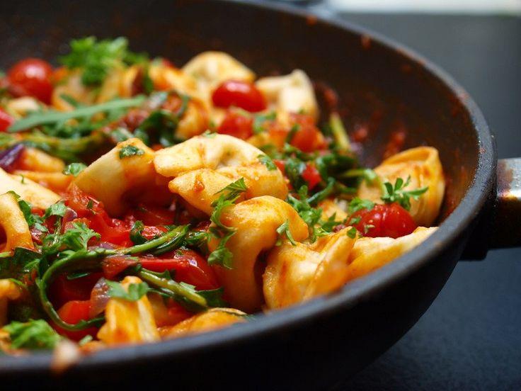 Tortellini med tomater og ruccula
